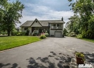 30 Riverview Ct Oakdale NY, 11769